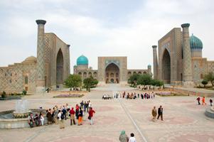 Chwila odpoczynku przed zespołem architektonicznym Registanu w Samarkandzie.